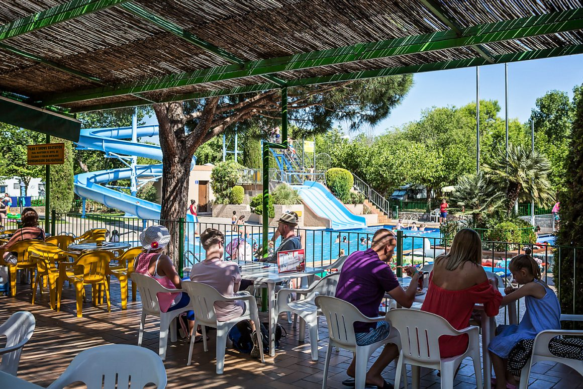 Terras zwembad Camping Castell Montgri