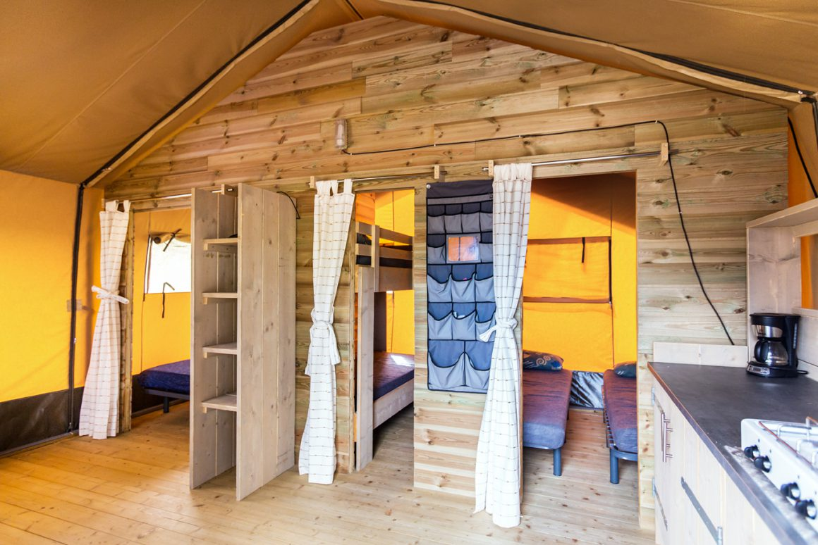 binnenkant camping lodge safari xl
